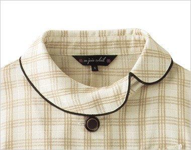 やさしいベージュに似合うふんわりとした雰囲気の丸い襟元