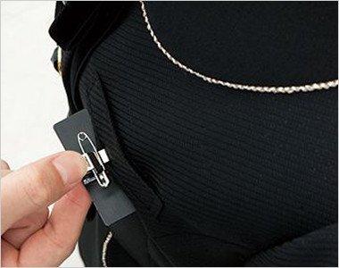ネームプレートとペンなどを区分け収納できる便利な名札ポケットと左胸ポケット