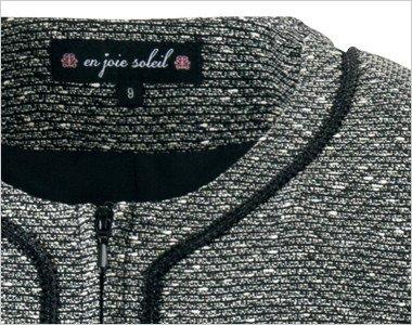 黒パイピングが襟、胸、裾などのデザインアクセントに