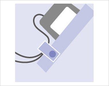 左胸 ポケット口PHS・PDA落下防止タブ ストラップを留めるタブを装備し落下を防ぎます。