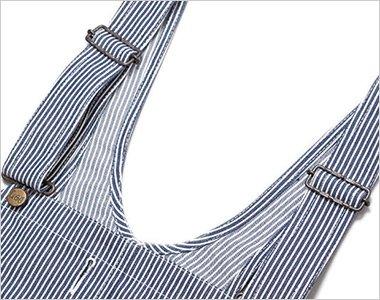 オーバーオールの特徴である調節可能な肩ひも