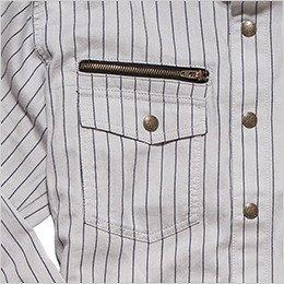 ファスナー付きの右胸ポケット