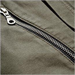 ファスナー仕様の右胸ポケット