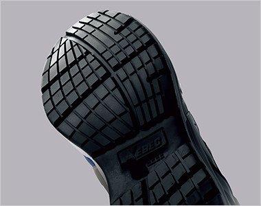 滑りにくさを考慮した靴底意匠と耐滑性のよい配合のラバーを採用し転倒事故を防ぎます。