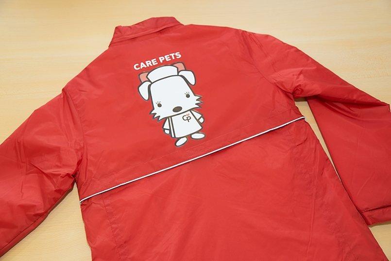 バックには赤いリボンと胸の小さなハートがキュートな「キュワンちゃん」をプリント