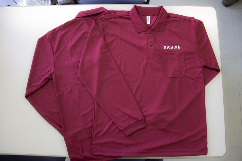 ポロシャツの左胸に「NICHIWA」と名入れプリント